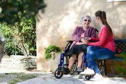 Επίσκεψη σε γηροκομείο για ηλικιωμένους με άνοια στην Αθήνα | Ηράκλειος οίκος ευγηρίας