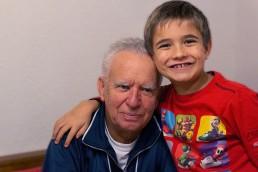 Παππούς και εγγόνι στο γηροκομείο | Ηράκλειος οίκος ευγηρίας